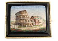 Ave Caesar, morituri te salutant - Spektakuläre Brosche mit Mikromosaik des Kolosseum gefasst in Gold, Rom (Vatikan) um 1840. Photo © 2018 Hofer Antikschmuck Berlin