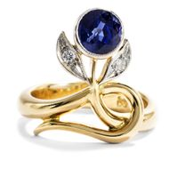 Kornblumenblau - Ungewöhnlicher moderner Ring in Jugendstilformen mit Saphir & Diamanten in Gold. Photo © 2018 Hofer Antikschmuck Berlin