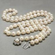 Perfekte Wahl - Besonders qualitätvolle, lange Perlenkette mit Weißgold-Schließe, um 1970. Photo © 2018 Hofer Antikschmuck Berlin