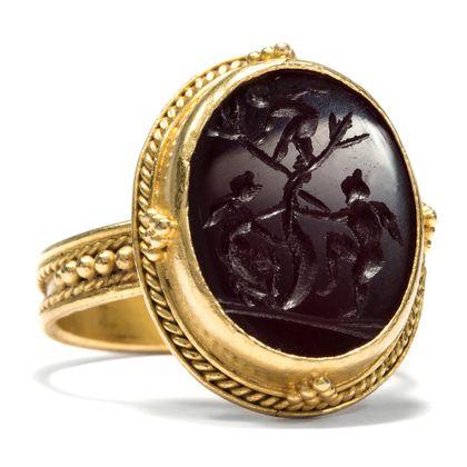 Auf der Flucht vor der Liebe? - Fabelhafter Gemmen Ring aus Gold mit Achat Intaglio: Die Liebe? um 1870 Gemme. Photo © 2018 Hofer Antikschmuck Berlin