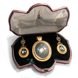 Florenz um 1880: Pietra Dura Brosche & Ohrringe gefasst in Gold, Earrings Brooch