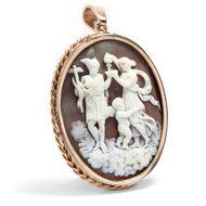 Stärkung für Hermes - Goldgefasster Anhänger mit Muschelgemme des Hermes und der Hebe, um 1870. Photo © 2019 Hofer Antikschmuck Berlin