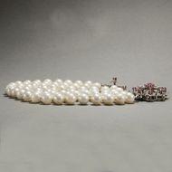 Aphrodites Juwelen - Prachtvolles Perlarmband mit rubinbesetzter Weißgold-Schließe , um 1970. Photo © 2018 Hofer Antikschmuck Berlin