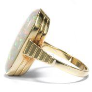 Flashlight-Effekte - Vintage Opal-Ring aus Gold mit lebhaftem Gilson Opal, um 1975. Photo © 2018 Hofer Antikschmuck Berlin