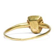 Des Minnesängers Morgengabe - Mittelalterlicher Goldring mit Saphir, sog. Pie Dish Ring, um 1320. Photo © 2019 Hofer Antikschmuck Berlin
