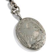 An die Kette gelegt - Prachtvolle viktorianische Silberkette mit Medaillon-Anhänger, datiert 1877. Photo © 2018 Hofer Antikschmuck Berlin