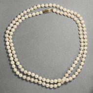 Primadonna - Feine Opera-Perlenkette mit Goldschließe, 1950er Jahre. Photo © 2018 Hofer Antikschmuck Berlin