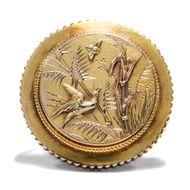 Viktorianischer Japonismus - Antike Medaillon-Brosche aus Gold, um 1875. Photo © 2018 Hofer Antikschmuck Berlin