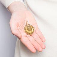 Wissenschaft und Lebensfreude - Prächtiger Medaillon-Anhänger in Gold mit Diamant, 1870er Jahre. Photo © 2019 Hofer Antikschmuck Berlin