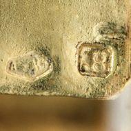Archäologischer Stil aus Wien - Signierter Gold-Armreif von Josef Bacher, Wien um 1880. Photo © 2018 Hofer Antikschmuck Berlin