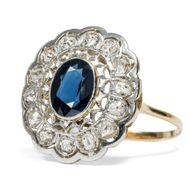 """Charleston im """"Folies Bergère"""" - Stattlicher Diamant-Ring mit Saphir in Gold und Platin, 1920er Jahre. Photo © 2018 Hofer Antikschmuck Berlin"""