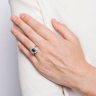 Qualitätvoller Klassiker - Strahlender vintage Saphir-Ring mit Entourage aus Brillanten in Weißgold, um 1965. Photo © 2018 Hofer Antikschmuck Berlin