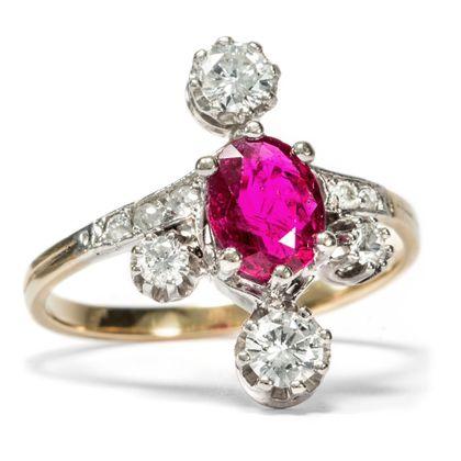 Rotkäppchen im Schnee - Antiker Rubin- & Diamant-Ring in Gold & Platin, um 1910. Photo © 2018 Hofer Antikschmuck Berlin