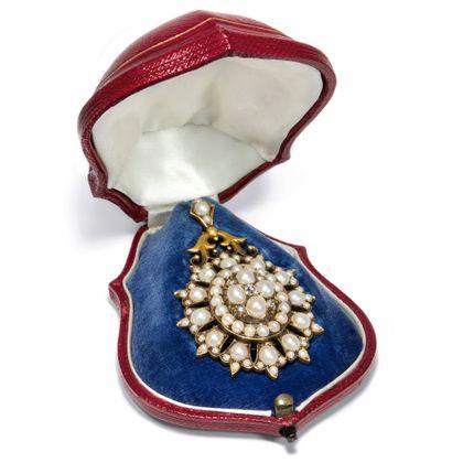 Aus der Mitte entspringt ein Gruß - Eindrucksvolles Naturperlen- & Diamant-Medaillon aus Großbritannien, datiert 1873. Photo © 2019 Hofer Antikschmuck Berlin