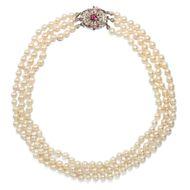 Festlich & repräsentativ - Prachtvolle vintage Perlenkette mit Schließe aus Weißgold & Rubinen, um 1970. Photo © 2018 Hofer Antikschmuck Berlin