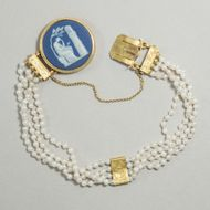 Gedenke mein - Antikes Perlen-Armband mit Wedgwood-Medaillon in Gold, Schweden 1818. Photo © 2019 Hofer Antikschmuck Berlin