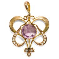 Serendipity - Charmanter Anhänger mit Amethyst & Perlen in Gold, England um 1900. Photo © 2019 Hofer Antikschmuck Berlin