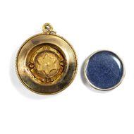In alle Richtungen - Antiker Medaillon-Anhänger aus Gold & Perlen, 1860er Jahre. Photo © 2019 Hofer Antikschmuck Berlin