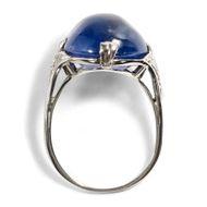 In blauen Sphären - Phantastischer Weißgold-Ring mit 16,00 ct Saphir & Diamanten, 1960er Jahre. Photo © 2018 Hofer Antikschmuck Berlin