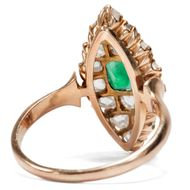 Anmut und Jugend - Superber Roségold-Ring mit Smaragd & Diamantrosen, um 1895. Photo © 2019 Hofer Antikschmuck Berlin