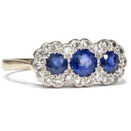 Trilogie der ewigen Treue - Saphire & Diamanten in vintage Ring aus Gold & Weißgold, London 1995. Photo © 2019 Hofer Antikschmuck Berlin