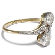 Wie im Tanz vereint - Antiker Toi-et-Moi Ring mit Diamanten in Gold & Platin, um 1905. Photo © 2018 Hofer Antikschmuck Berlin