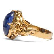 Sapphire Skies – für die Hand - Anmutiger Gold-Ring mit schönem Saphir, China um 1940. Photo © 2019 Hofer Antikschmuck Berlin