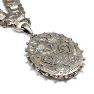 Victorian Memories - Prachtvolle viktorianische Silberkette mit Medaillon-Anhänger, datiert 1893/94. Photo © 2018 Hofer Antikschmuck Berlin