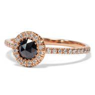 Schwarzer Stern - Moderner Halbmemory-Ring mit schwarzen und weißen Diamanten in Roségold, Italien 2018. Photo © 2018 Hofer Antikschmuck Berlin
