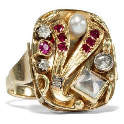Phantasmagoria - Ausdrucksvoller Ring des Art Déco mit Mondstein, Perle, Rubinen & Diamanten, um 1940. Photo © 2019 Hofer Antikschmuck Berlin