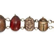 Aus dem Reich der Pharaonen - Antike Skarabäen & eine byzantinische Goldmünze in einem Armband der 1860er Jahre. Photo © 2018 Hofer Antikschmuck Berlin