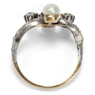 Mit Schwung ins neue Jahrhundert - Prachtvoller Jugendstil-Ring mit Saphir, Naturperle & Diamanten, um 1900. Photo © 2019 Hofer Antikschmuck Berlin