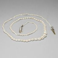 Perlen des Art Déco - Zarte Naturperlen-Kette mit Gold- und Platinschließe, um 1920. Photo © 2019 Hofer Antikschmuck Berlin