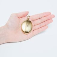 Eine Erinnerung, beständig wie Diamant - Großer viktorianischer Medaillon-Anhänger mit Diamant in Gold, Großbritannien um 1870. Photo © 2019 Hofer Antikschmuck Berlin