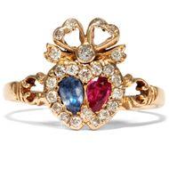 Two hearts beat as one - Romantischer Herz-Ring mit Saphir, Rubin & Diamanten, Victorian um 1890. Photo © 2019 Hofer Antikschmuck Berlin