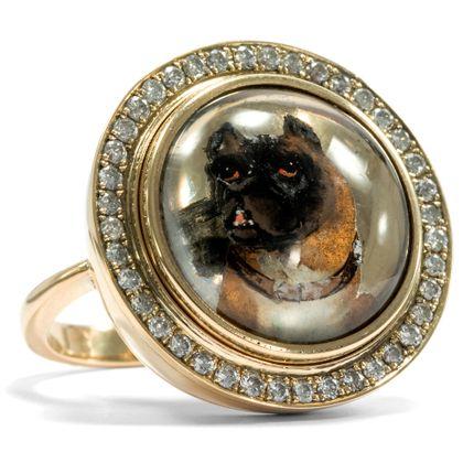 Der beste Freund des Menschen - Viktorianisches Essex Crystal mit Brabanter Bullenbeisser in modernem Diamantring. Photo © 2019 Hofer Antikschmuck Berlin