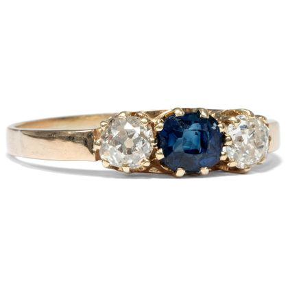 Nimm mich an die Hand - Antiker Trilogie-Ring mit Saphir & Diamanten, England um 1900. Photo © 2019 Hofer Antikschmuck Berlin
