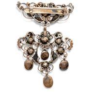 L'amour éternel - Antike Rokoko-Brosche mit Naturperlen, Rubinen & Diamanten, um 1750. Photo © 2019 Hofer Antikschmuck Berlin